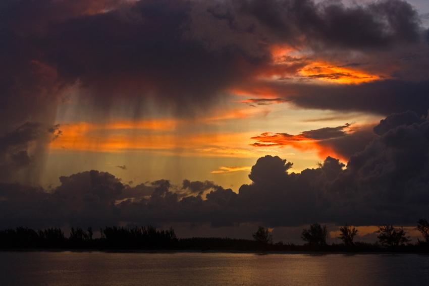 Sonnenaufgang mit Regenschauer auf den Bahamas